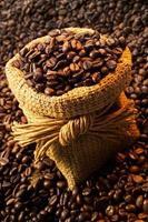 chicchi di caffè nel gunnysack