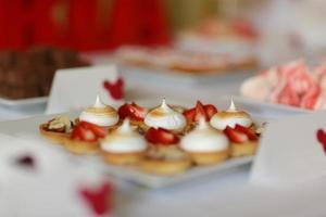 buffet di caramelle con un'ampia varietà di caramelle foto