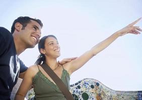 coppia godendo la vista a Barcellona foto