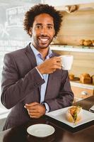 uomo d'affari godendo la sua ora di pranzo