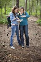 due donne che si godono una giornata di volksmarching foto