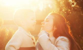 la madre e il figlio si divertono a passeggiare nel parco foto