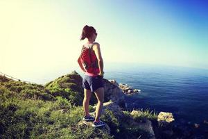 il corridore della traccia della giovane donna di forma fisica gode della vista foto