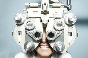 paziente di optometria foto