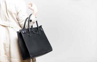 donna alla moda con borsa nera, vista posteriore foto