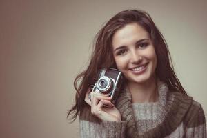giovane donna con macchina fotografica d'epoca foto