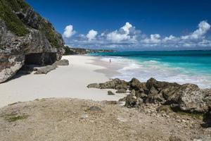 persona solitaria sulla bellissima spiaggia di Barbados foto