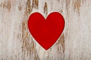 cuore rosso tagliato in legno foto