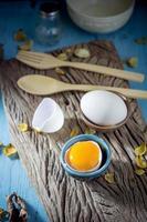 natura morta uova rotte bianche e tuorlo d'uovo foto