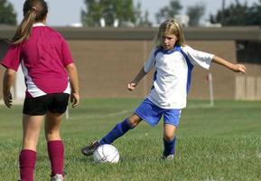 giocando a calcio foto