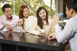 amici che si incontrano nella caffetteria foto