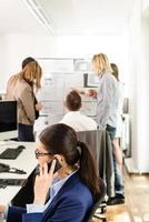 lavorare in un ufficio moderno foto