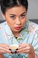 godendo la cerimonia del tè asiatico foto