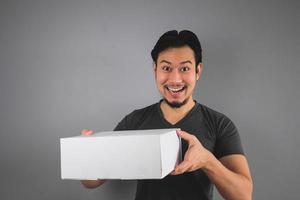 l'uomo ha ricevuto la sua scatola. foto