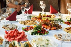 celebrare la tavola del banchetto con il cibo foto