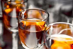 bicchieri di vino sul tavolo foto