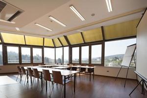 interno luminoso della sala per conferenze foto