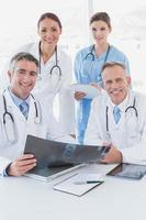 medico alzando una radiografia foto