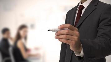 uomo d'affari in possesso di un pennarello foto