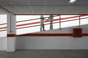 uomini d'affari si stringono la mano sulla rampa nel garage foto
