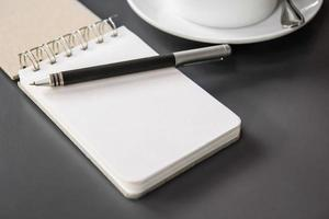 libretto e penna sul tavolo foto