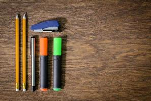 carta e matite sul tavolo di legno. avvicinamento.