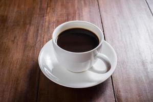 tazza di caffè su fondo in legno foto