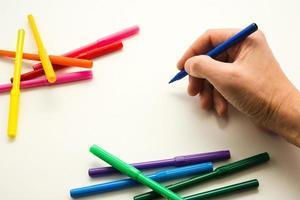 la mano dell'uomo, pronta a disegnare un'immagine foto