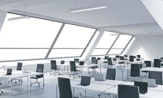 luoghi di lavoro in un luminoso ufficio loft open space moderno. foto