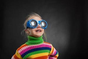 bambina in bicchieri da festa foto