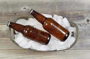 vista dall'alto di birra in bottiglia sul ghiaccio foto