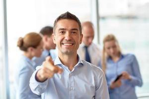 gruppo di persone di affari sorridenti che si incontrano nell'ufficio