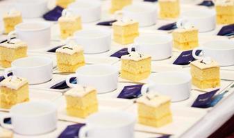 molte tazze e torte per la pausa di incontro foto