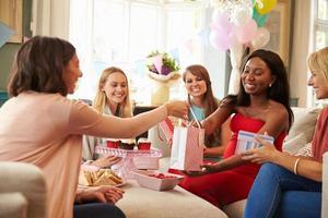 gruppo di amiche che si incontrano per la doccia per bambini a casa foto