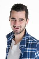 Ritratto di giovane uomo latino isolato su bianco foto