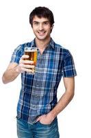 uomo con un bicchiere di birra isolato su bianco foto