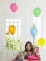 ragazza con regali di compleanno sorridente foto
