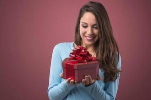 donna allegra con confezione regalo foto