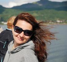 donna felice che viaggia
