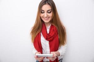 donna sorridente che per mezzo dello smartphone foto