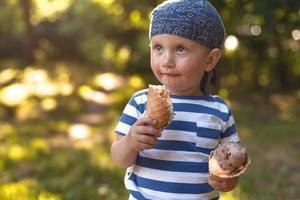 ragazzo che mangia gelato