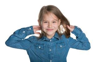 bambina sorridente con i capelli fluenti foto