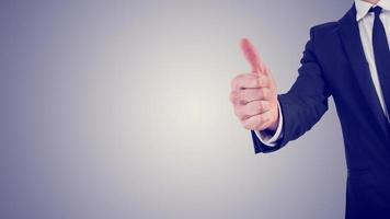 uomo d'affari dando un pollice in alto gesto in una motivazione aziendale foto