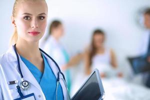 medico donna in piedi con la cartella in ospedale foto