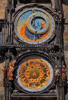 orologio astronomico nel centro storico di Praga foto