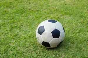 palloni da calcio su un campo foto