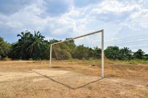 obiettivo di soccerball su cielo blu foto