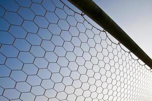 rete da calcio con su sfondo blu cielo foto