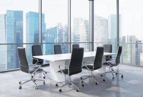 sala conferenze panoramica in ufficio moderno a Singapore. foto