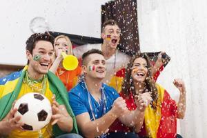 entusiasti fan del calcio che celebrano la partita vincente